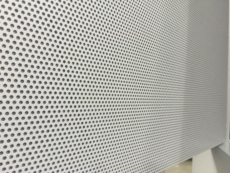 Istotnym elementem stołu są ścianki boczne pochłaniające hałas