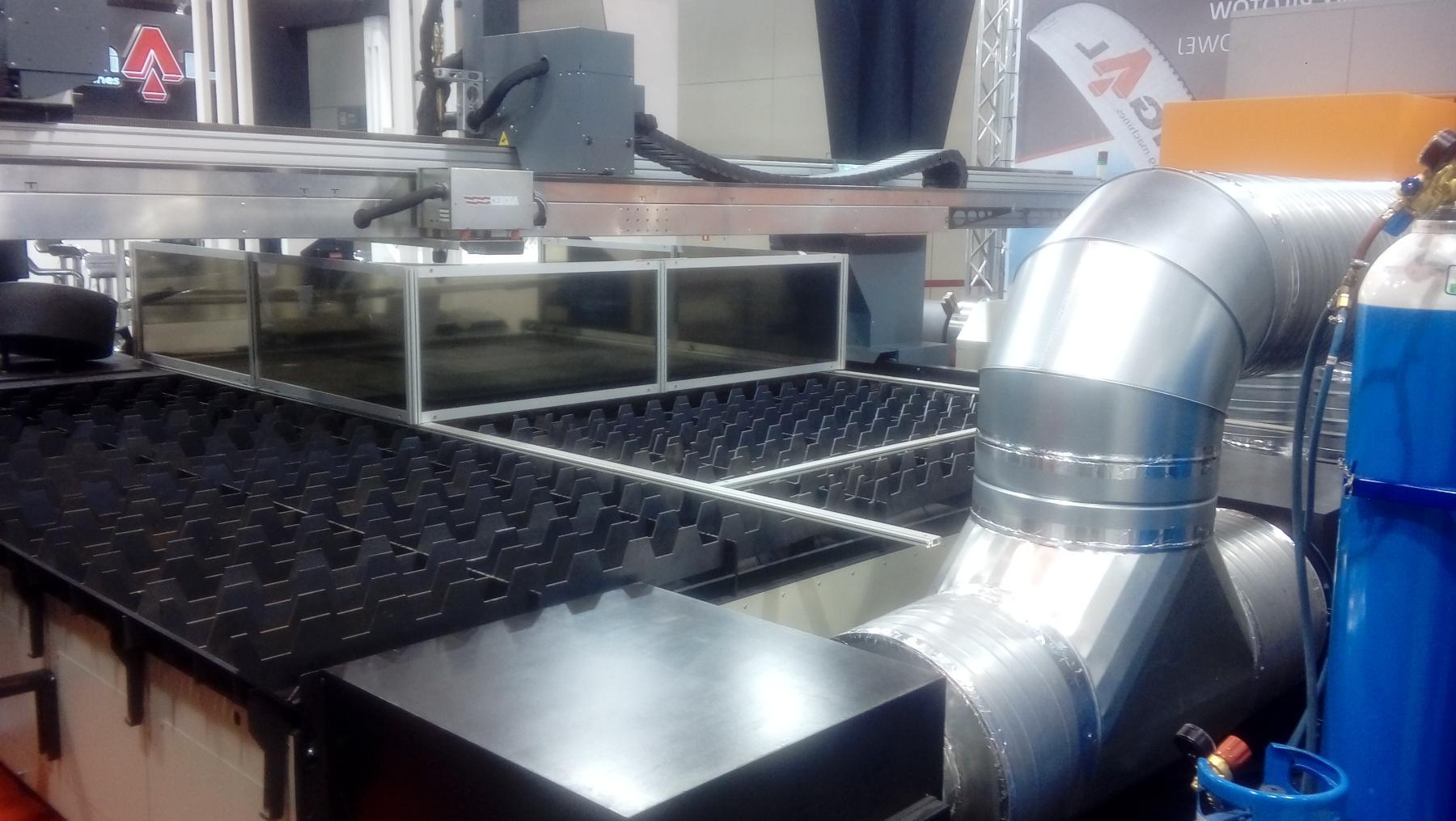 Podłączenie odpylacza do stołu odciagowego